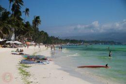 White beach + algas = green beach