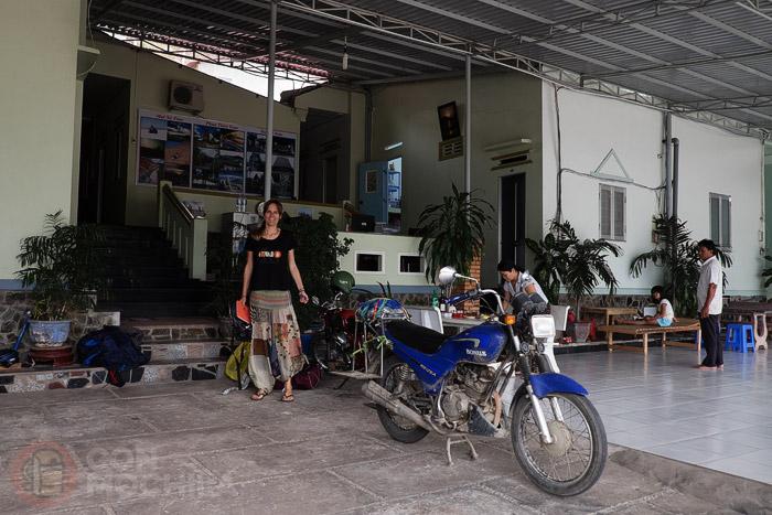 El interior de la guesthouse con espacio para la moto