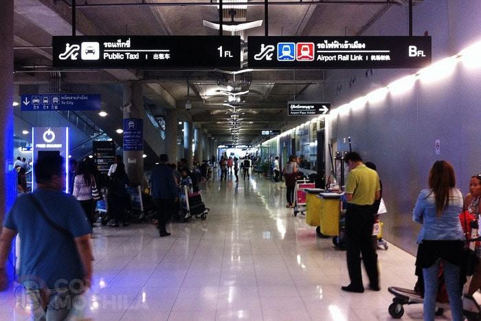 """Del aeropuerto de Bangkok a Khaosan. Señales en el aeropuerto para llegar a los PUBLIC TAXI (y AIRPORT RAIL LINK """"azul"""" y CITI LINE TRAIN """"rojo"""")"""