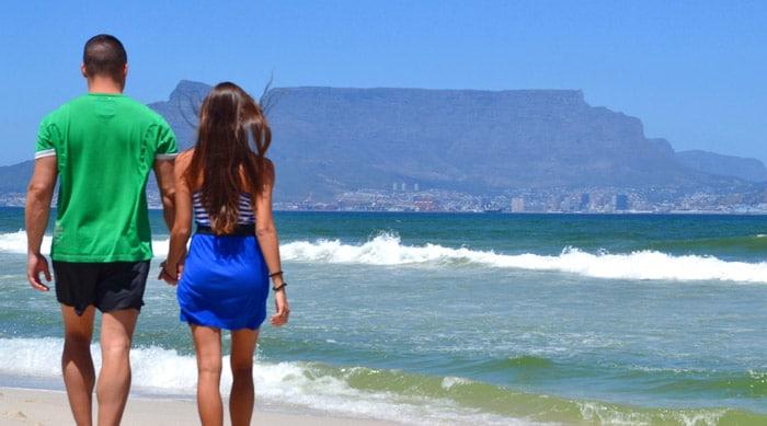 Itinerario de viaje a Sudáfrica: De paseo por Bloubergstand Beach con vistas a Table Mountain, una de las siete maravillas naturales del mundo