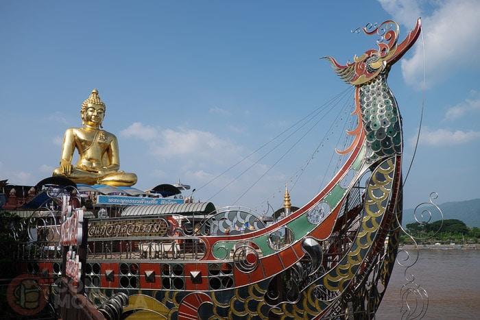 Figura de Buda sobre un barco-dragón