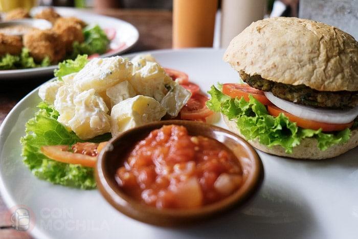 Hamburguesa vegetariana con una generosa ensalada