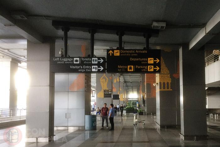 Señales de METRO para ir del aeropuerto de Delhi a Paharganj