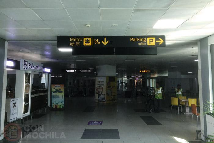 Llegada al hall que nos indica por dónde se va al metro