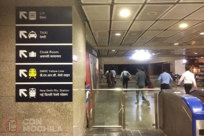 Carteles indicando la salida hacia la estación de tren de New Delhi
