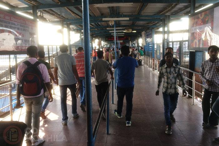 Cruzando las vías del tren
