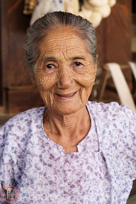 Una señora mayor en una de las tiendas de Bagán