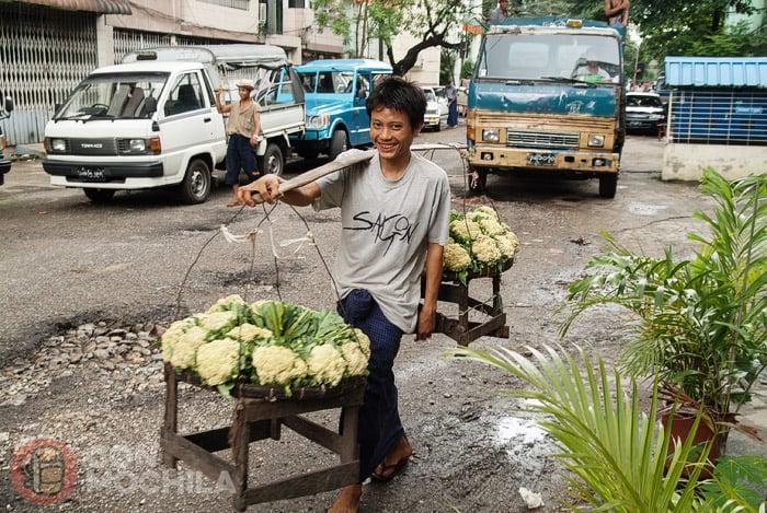 Un sonriente trabajador de Yangon