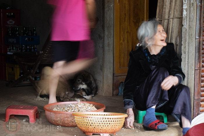 Risueña señora a la entrada de los túneles de Vinh Moc