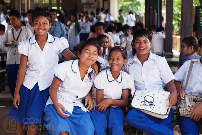 Felices a la salida del colegio, en Phom Penh