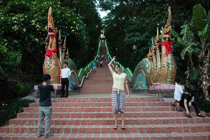 La enorme escalera de la entrada