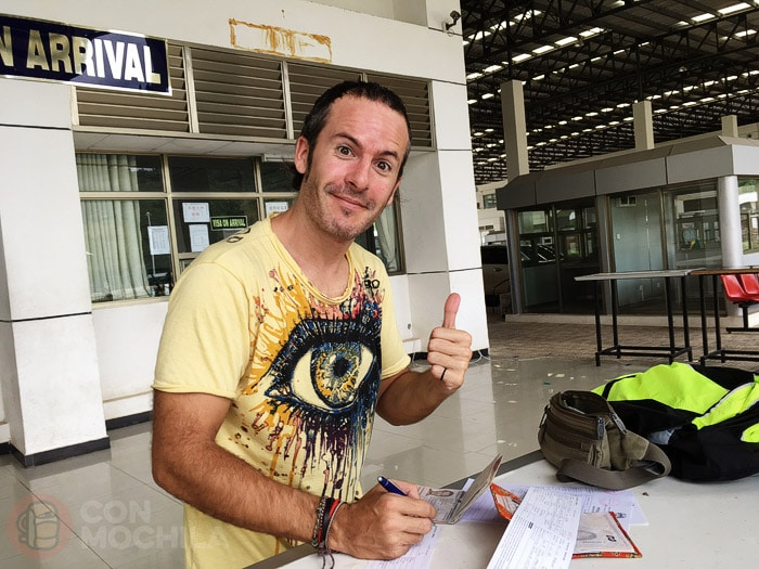 Rellenando los formularios para el visado de Laos
