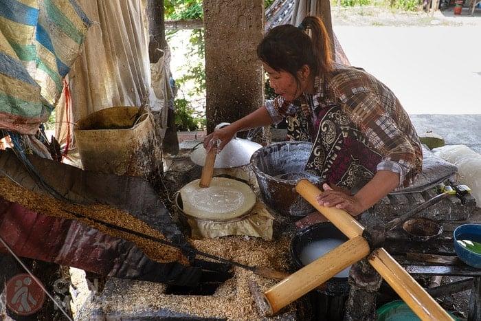 Haciendo el papel de arroz que envuelve los rollitos