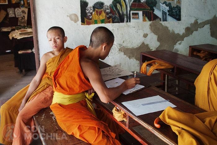 Monjes aprendiendo en Wat Xieng Muan