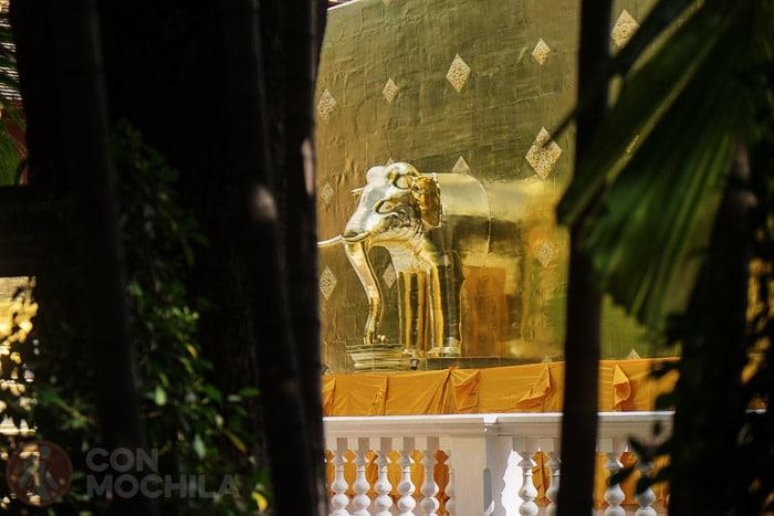 Detalle del elefante que emerge del chedi