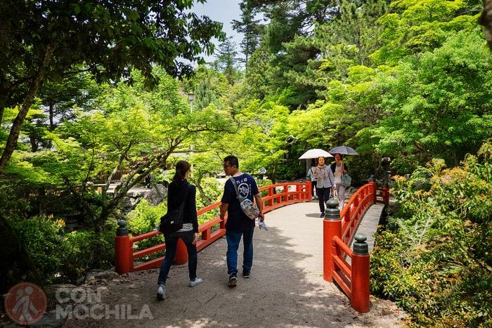 Puente en el parque Momijidani