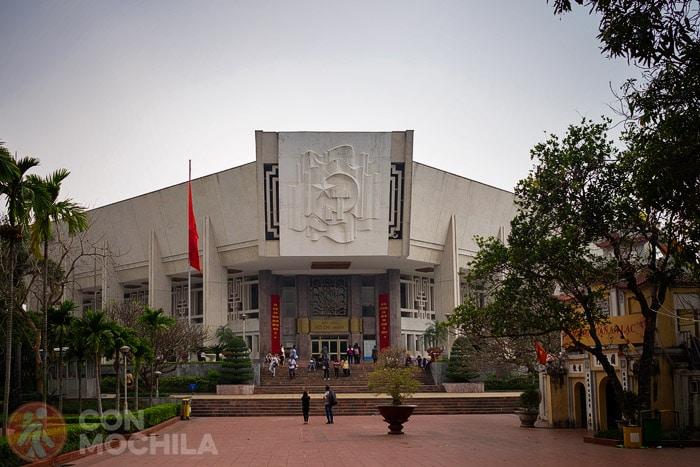 Entrada al museo Ho Chi Minh de Hanoi