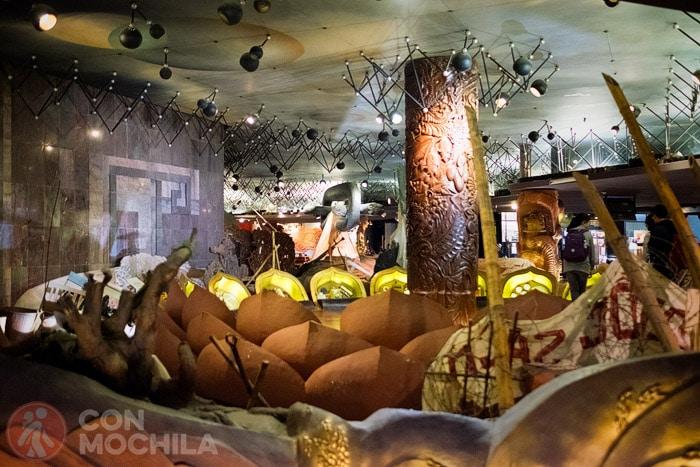 Interior del museo con detalles bélicos