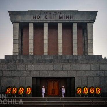 El mausoleo custodiado por los guardas