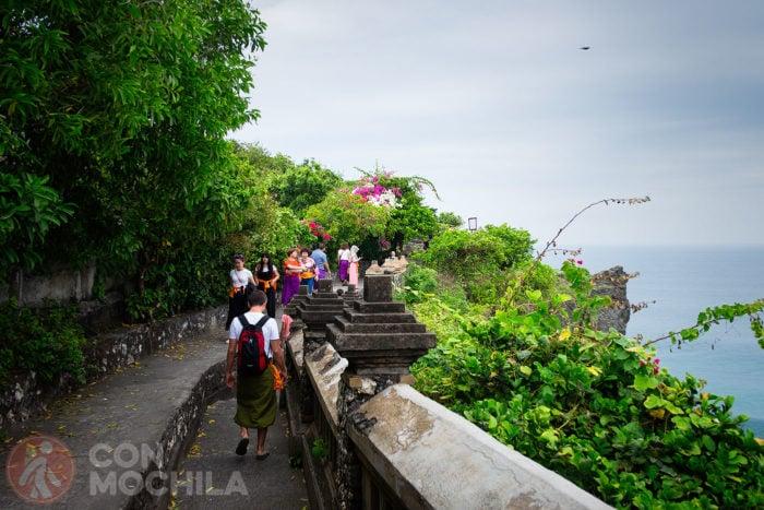 Caminando a la izquierda junto al acantilado para obtener mejores vistas