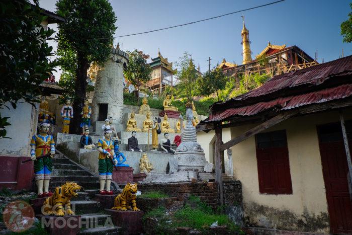 El camino que conduce a la gran pagoda llena de templos y estatuas budistas