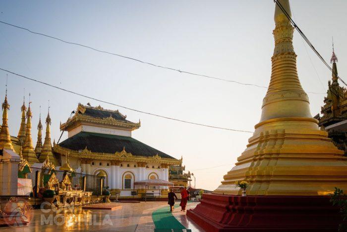 Monjes en el recinto de la Kyaikthanlan Paya al atardecer