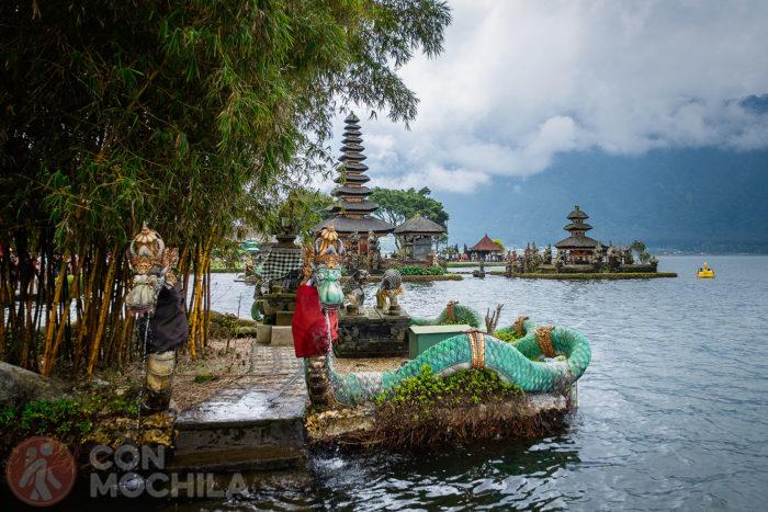 Otra vista del templo junto al lago