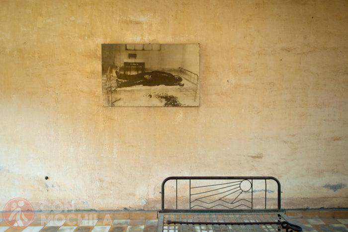 Una celda con la foto de la persona tiorturada hasta morir