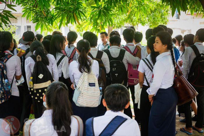 Niños atentos a las explicaciones de su profesor en Tuol Sleng