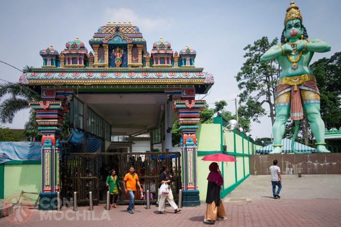 Entrada al complejo con la estatua de Hanuman