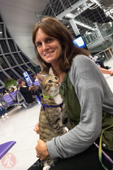 Con Songkran en el aeropuerto de Bangkok
