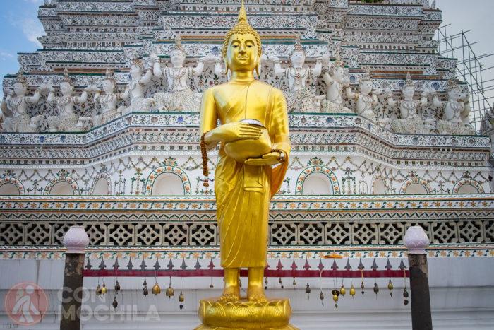 Otra imagen de Buda frente al prang central