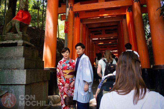 Una pareja de japoneses en la entrada del camino