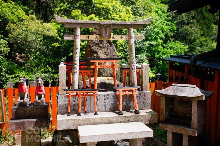 Y por supuesto altares con pequeños toriis