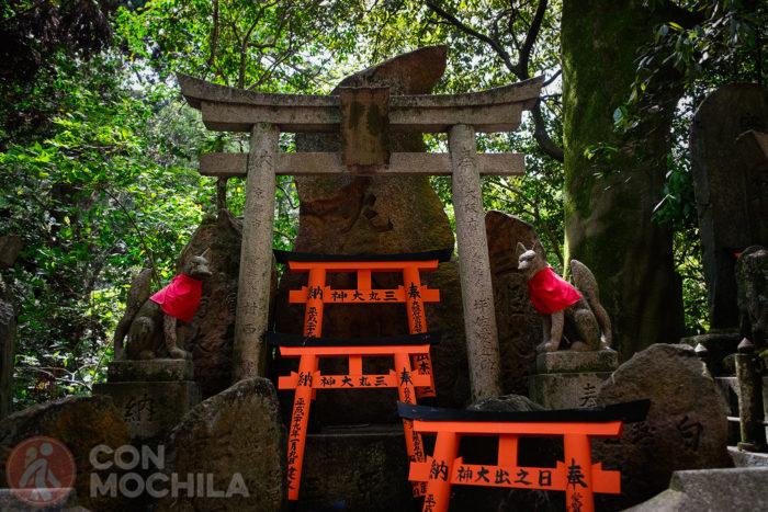 Dos kitsune en un pequeño altar