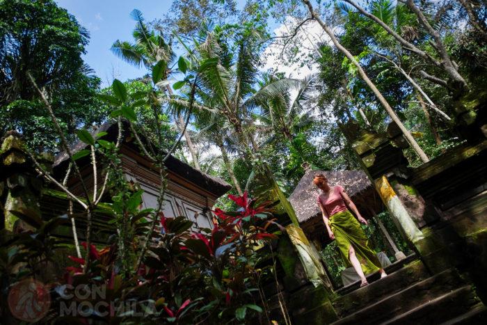 Un pequeño templo junto a la escalera