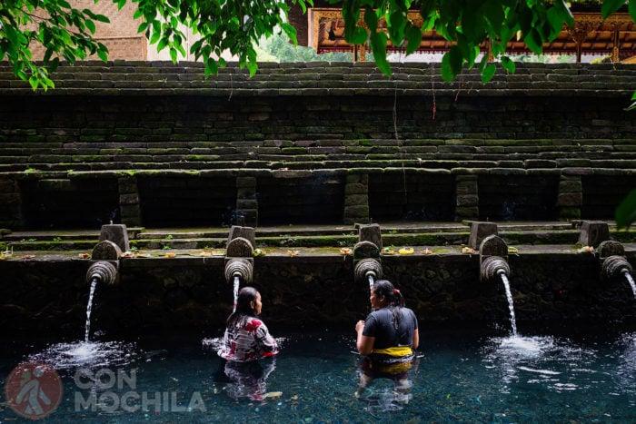 Mujeres locales de Bali realizando el ritual de purificación