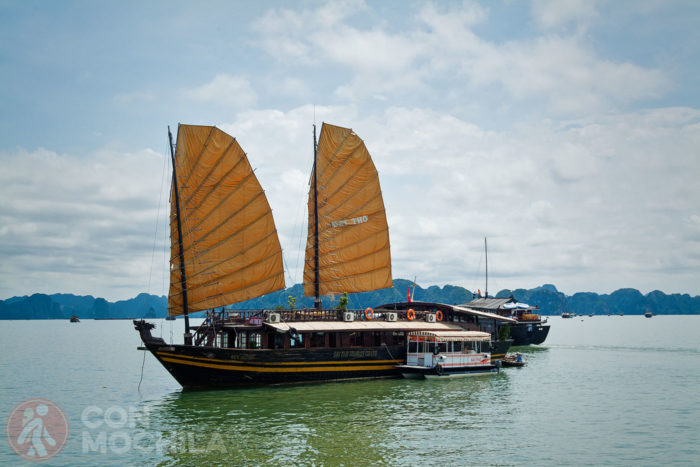 Barco típico de los de la Bahía de Halong