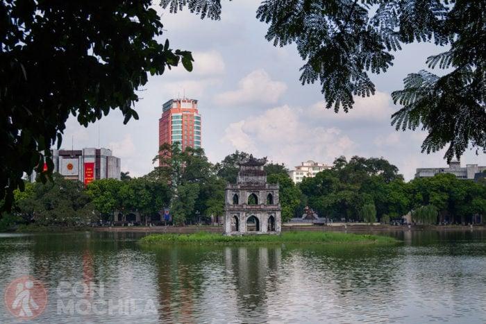 El lago Hoan Kiem con la torre de la tortuga