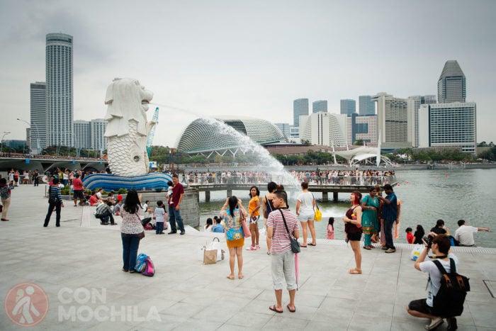 La famosa estatua rodeada de visitantes