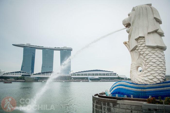 El Merlion con el hotel Marina Bay Sands al fondo