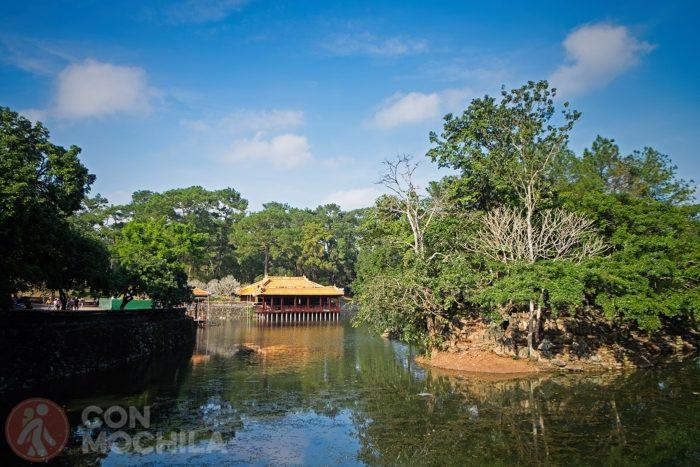 El lago Luu Khiem con el pabellón Xung Khiem