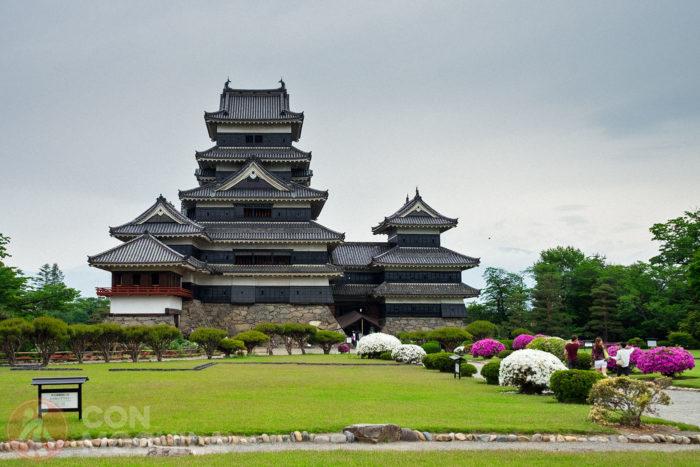 El castillo visto desde los jardines que dan acceso al mismo