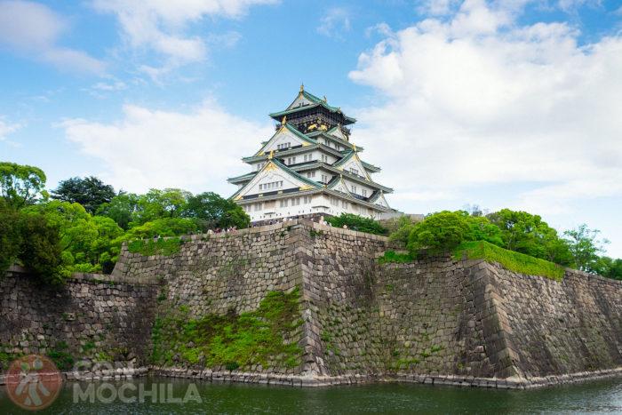 El castillo de Osaka desde el otro lado del estanque de agua