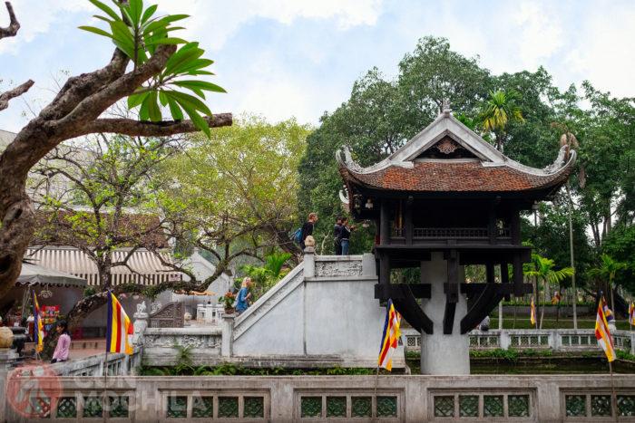 Vista lateral donde se aprecia el pilar sobre el que descansa la pagoda