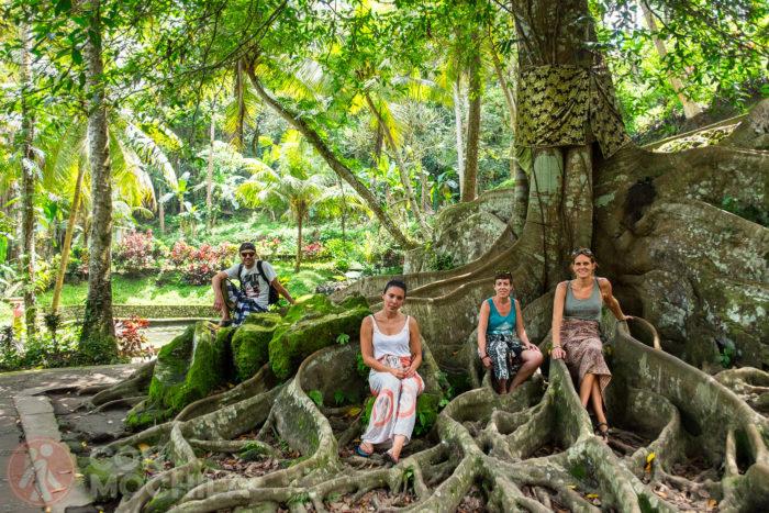 Josele, Nuria y Amparito en Ubud, presumiendo de pareo