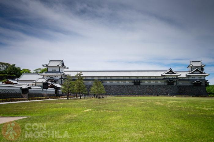 Castillo Kanazawa, con el Gojukken Nagaya al centro