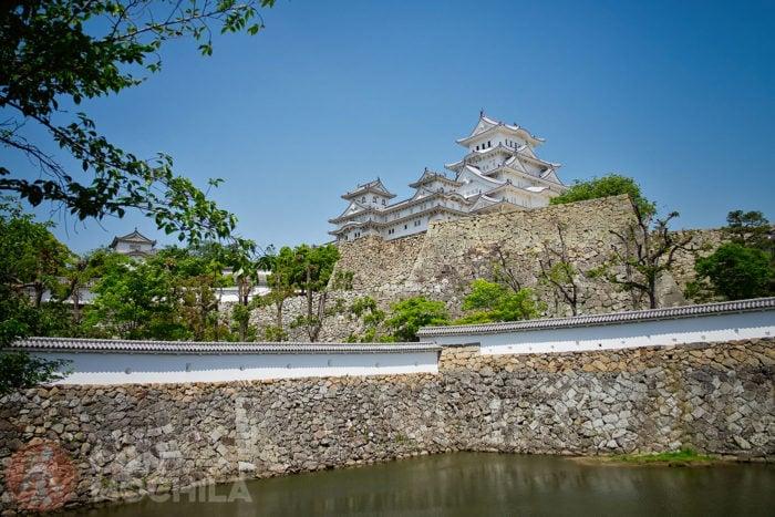 Vista del castillo de Himeji con un foso de agua