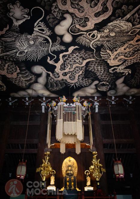 El altar con los dos dragones del techo