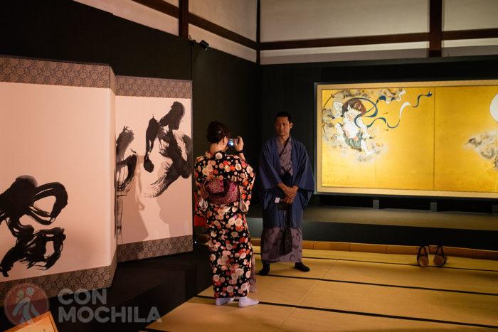 """Una pareja haciéndose una foto junto al """"Fujin y Raijin"""""""